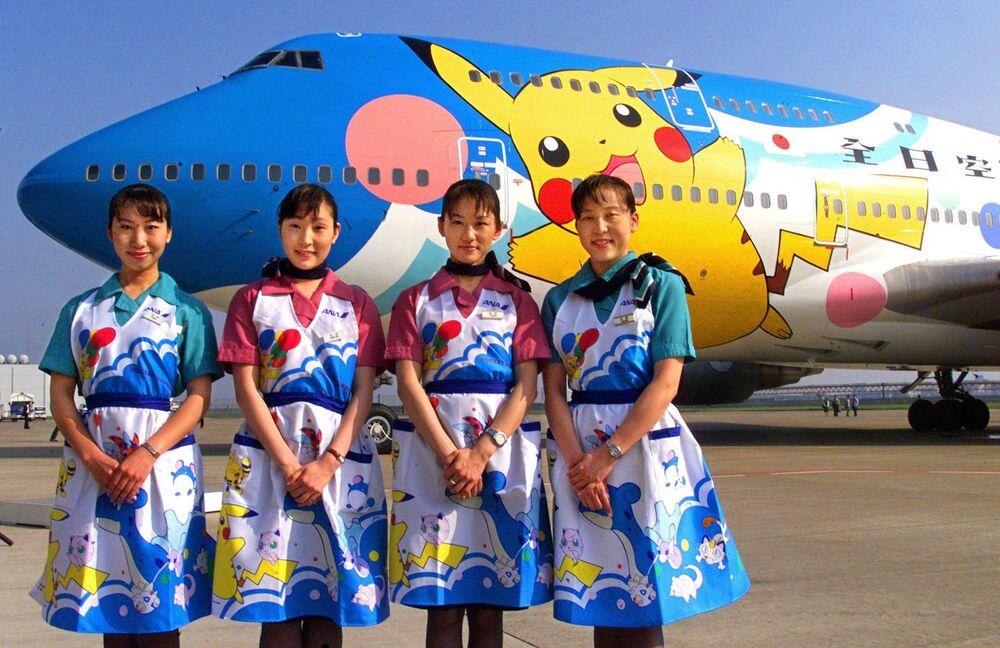 Letušky japonské letecké společnosti All Nippon Airways před letadlem Pokemon (Pocket Monsters), 1999