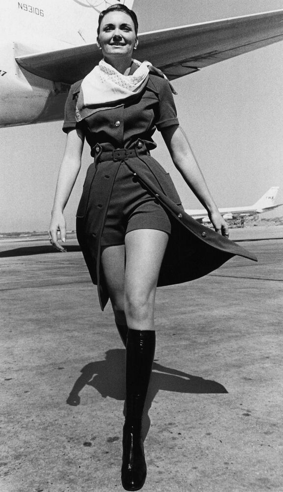 Letuška letecké společnosti TWA v nové uniformě s mini šortkami v New Yorku, 1971