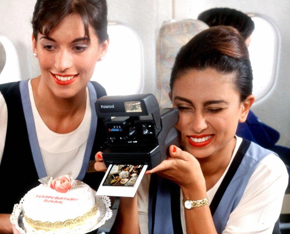 Letušky aerolinek United Arab Emirates během oslavy narozenin dítěte na palubě letadla, 1997