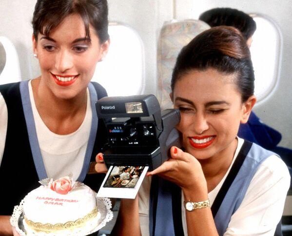 Letušky aerolinek United Arab Emirates během oslavy narozenin dítěte na palubě letadla, 1997 - Sputnik Česká republika
