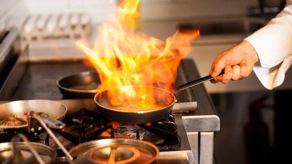 Šéfkuchař v kuchyni restaurace - Sputnik Česká republika