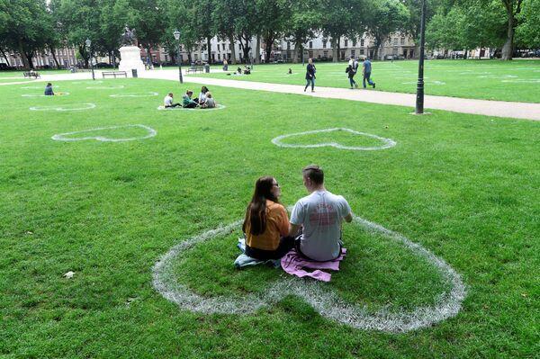 Srdce namalované skupinou umělců Upfest v jednom z bristolských parků, Velká Británie - Sputnik Česká republika