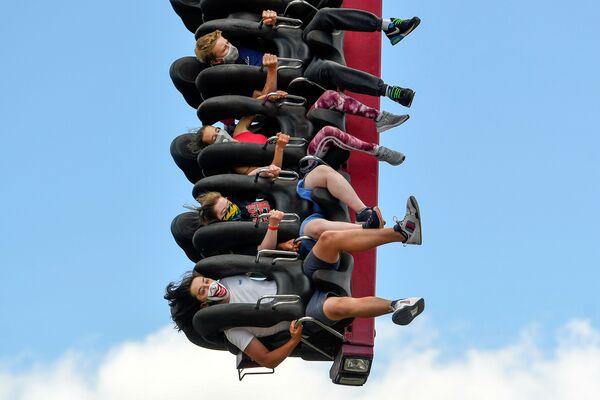 Lidé nosí ochranné roušky na atrakci v zábavním parku Thorpe Park, Velká Británie - Sputnik Česká republika