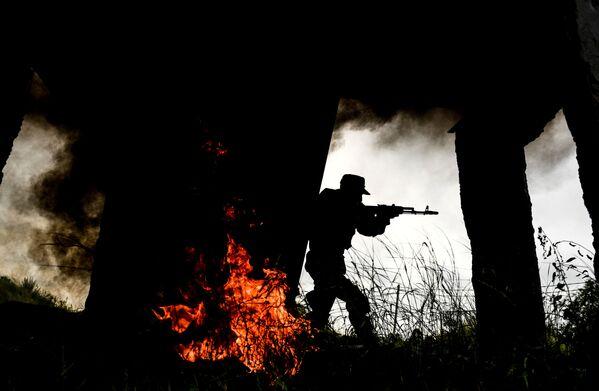 Voják motorizovaného střeleckého pluku tamaňské divize na jednom z cvičišť Západního vojenského okruhu v Moskevské oblasti - Sputnik Česká republika