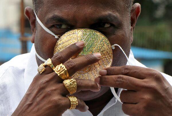 Shankar Kurhade v ochranné zlaté roušce v indickém městě Puné - Sputnik Česká republika