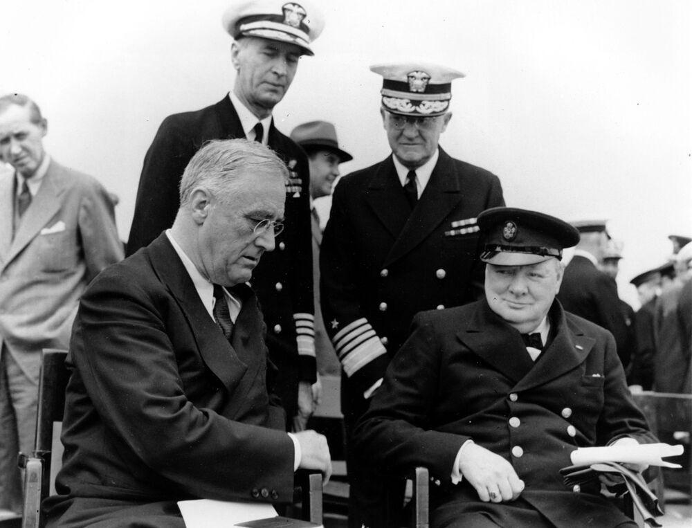 Americký prezident Franklin D. Roosevelt a britský premiér Winston Churchill na argentinské námořní základně během pětidenní Atlantické konference v roce 1941.