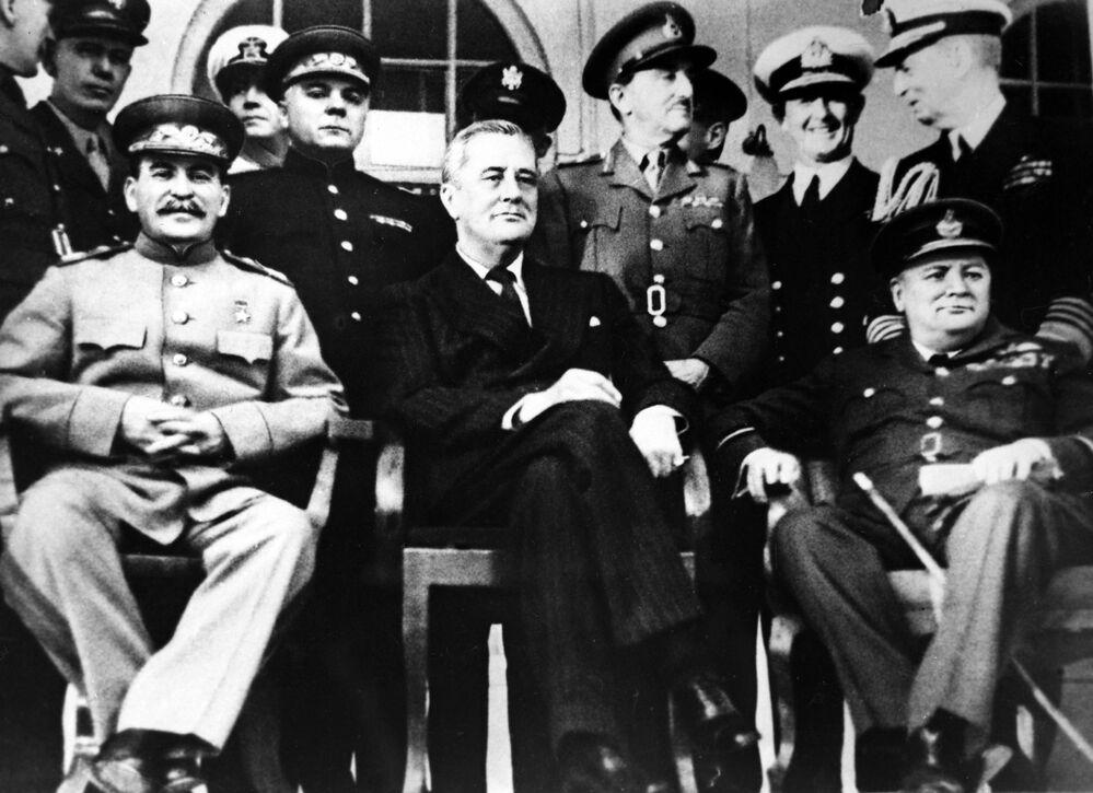 Sovětský vládce Josif Stalin, americký prezident Franklin D. Roosevelt a britský premiér Winston Churchill na Teheránské konferenci, r. 1943.