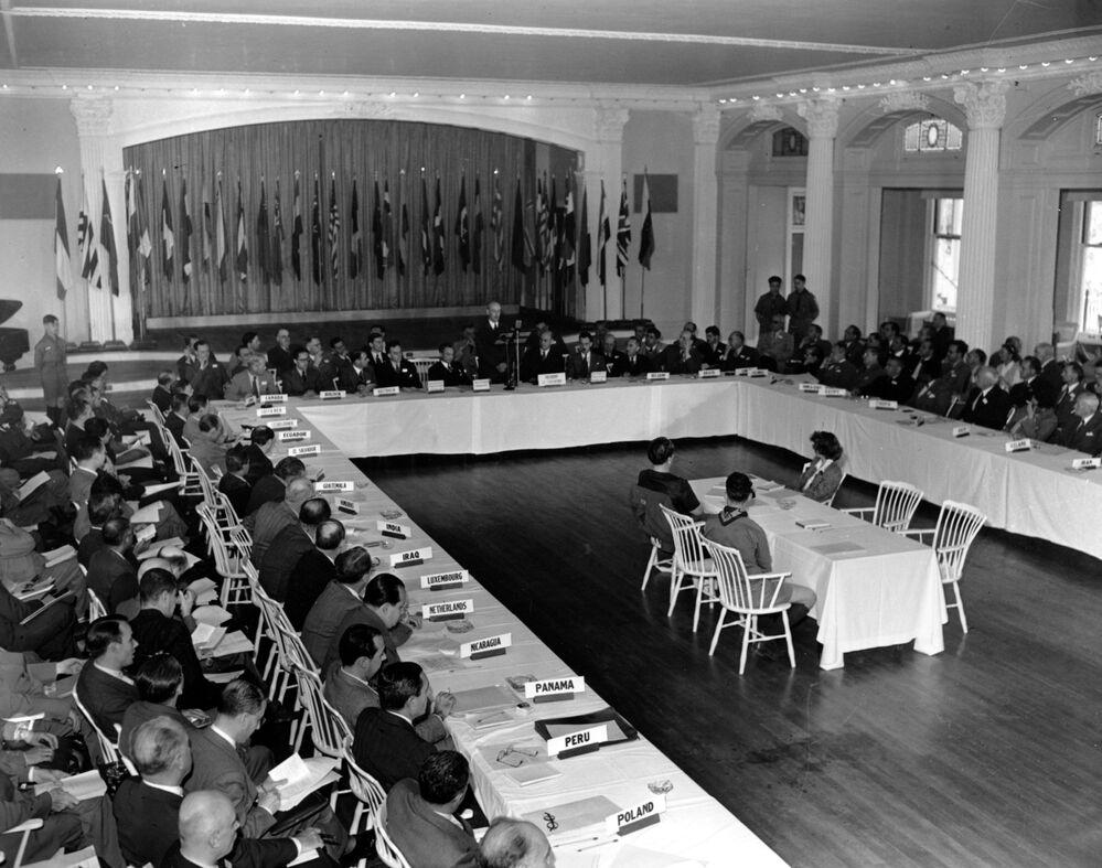 Účastníci Brettonwoodské konference v hotelu Mount Washington, r. 1944.
