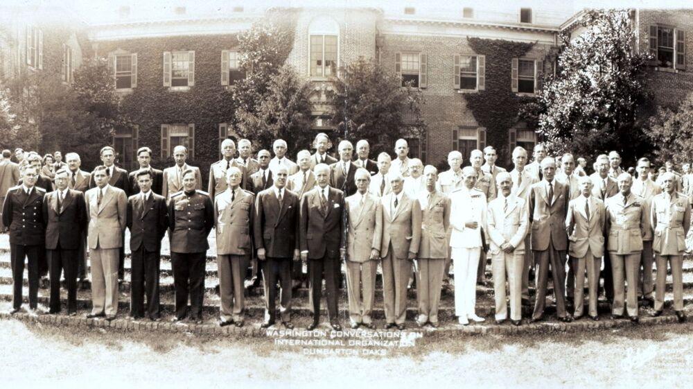 Účastníci konference v letovisku Dumbarton Oaks, Washington, r. 1944.