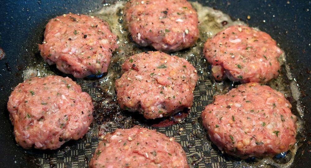 Karbanátky z mletého masa během vaření