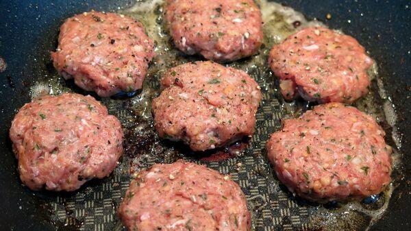 Karbanátky z mletého masa během vaření - Sputnik Česká republika