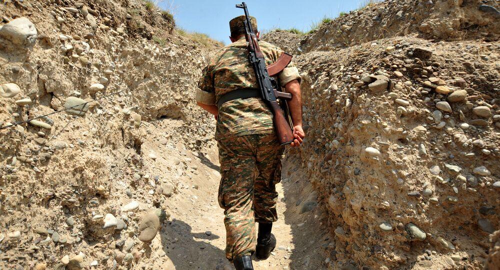 Arménský voják v zákopu