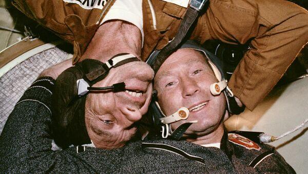 Setkání sovětského kosmonauta a amerického astronauta při zahájení společného kosmického letu vesmírných lodí Sojuz-Apollo. - Sputnik Česká republika