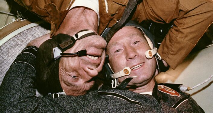Setkání sovětského kosmonauta a amerického astronauta při zahájení společného kosmického letu vesmírných lodí Sojuz-Apollo.