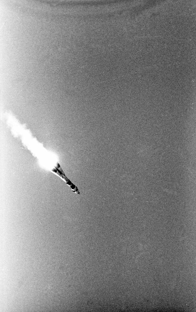 Start sovětské kosmické lodi Sojuz-19 s kosmonauty Alexejem Leonovem a Valerijem Kubasovem na palubě.