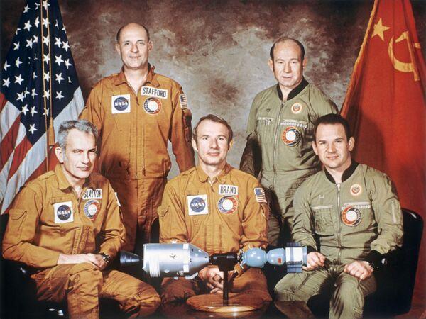 Posádky kosmických lodí experimentálního projektu Sojuz-Apollo. - Sputnik Česká republika