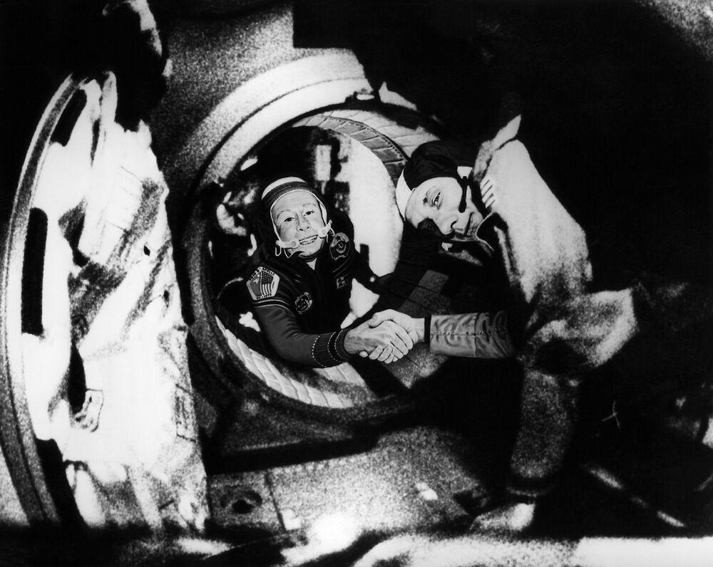 Potřesení rukou mezi kosmonauty Alexejem Leonovem a Thomasem Pattenem Staffordem v rámci experimentálního projektu Apollo-Sojuz.