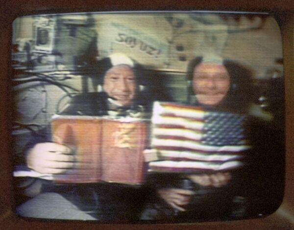 Sovětský kosmonaut Alexej Leonov (vlevo) a americký astronaut Thomas Stafford odpovídají na otázky novinářů na první vesmírné tiskové konferenci během experimentálního letu kosmických lodí Apollo-Sojuz v červenci r. 1975. - Sputnik Česká republika