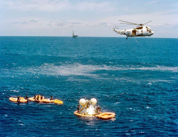 Návrat kapsle s americkými astronauty na Zemi po dokončení experimentálního letu Sojuz-Apollo. - Sputnik Česká republika