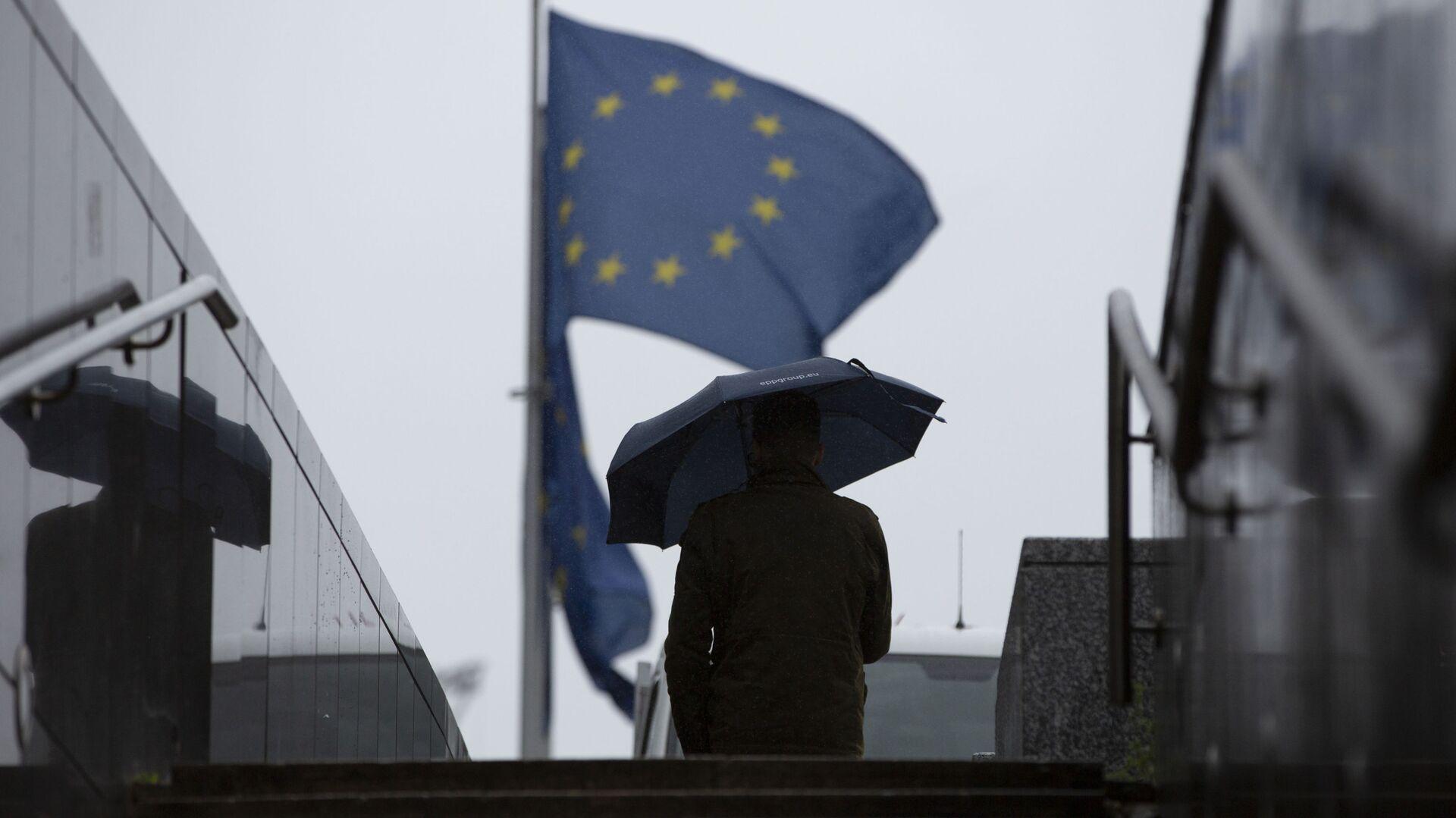 Muž prochází kolem sídla EU v Bruselu - Sputnik Česká republika, 1920, 13.02.2021
