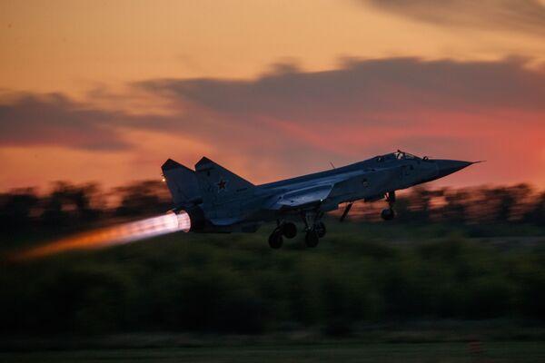 Stíhací letoun MiG-31 vzlétá při cvičném letu v Lipeckém leteckém centru V. P. Čkalova. - Sputnik Česká republika