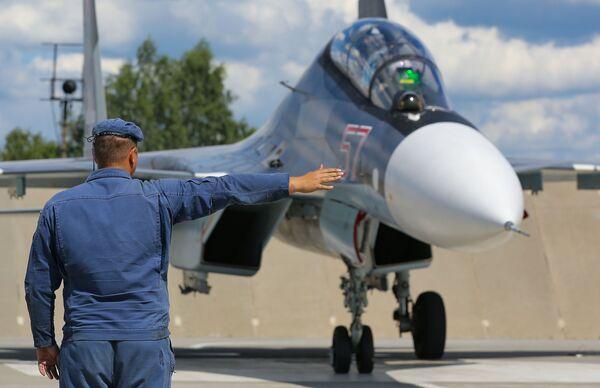 Stíhačka Su-30 před cvičným letem v Lipeckém leteckém středisku V. P. Čkalova. - Sputnik Česká republika