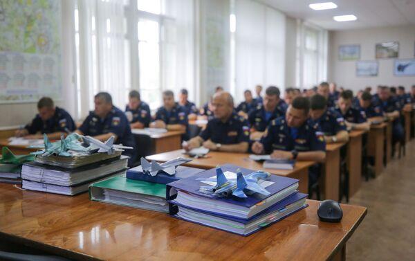Piloti při stanovování úkolů před cvičnými lety v Lipeckém leteckém centru V. P. Čkalova. - Sputnik Česká republika