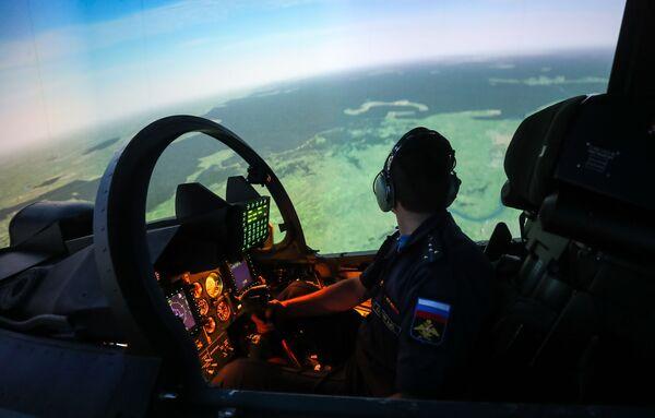 Letecký trenažér kabiny stíhačky Su-30MS v Lipeckém leteckém centru V. P. Čkalova. - Sputnik Česká republika