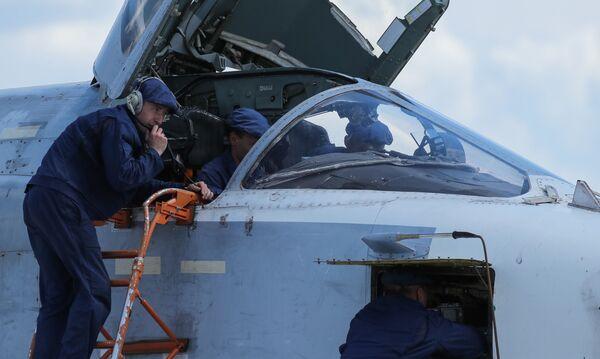 Technici u bombardéru Su-24 před cvičným letem v Lipeckém leteckém centru V. P. Čkalova. - Sputnik Česká republika