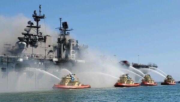 Hašení požáru na výsadkové lodi USS Bonhomme Richard - Sputnik Česká republika
