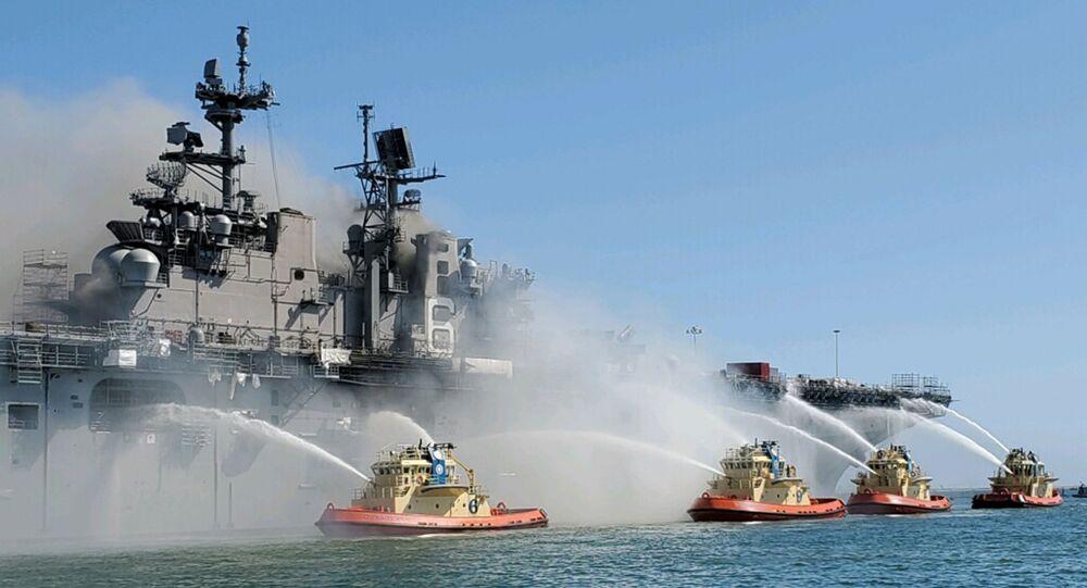 Hašení požáru na výsadkové lodi USS Bonhomme Richard