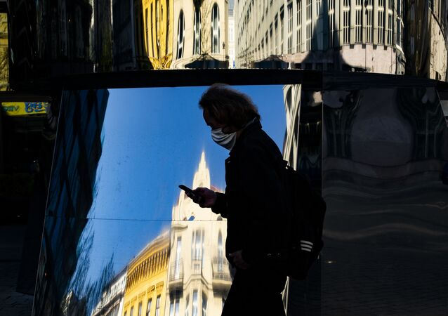 Muž s rouškou v Praze