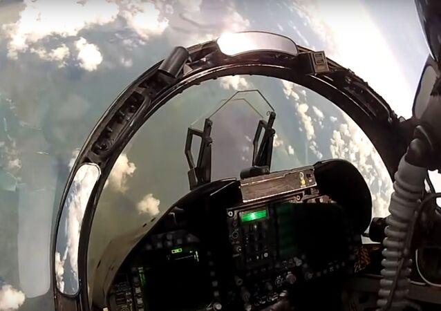 Cvičný vzdušný boj mezi F-18 Hornet a Su-30