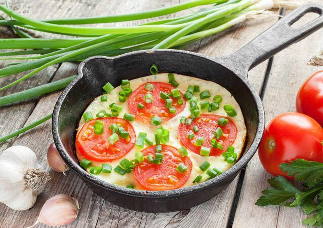 Omeleta s rajčaty a cibulí