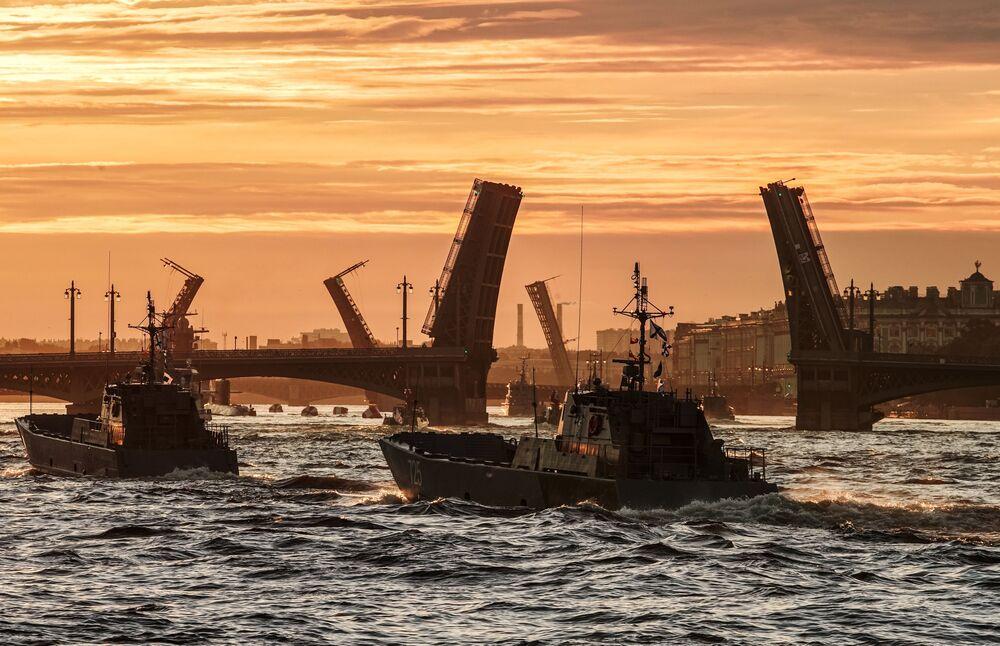 Lodě ruského námořnictva v paprscích úsvitu