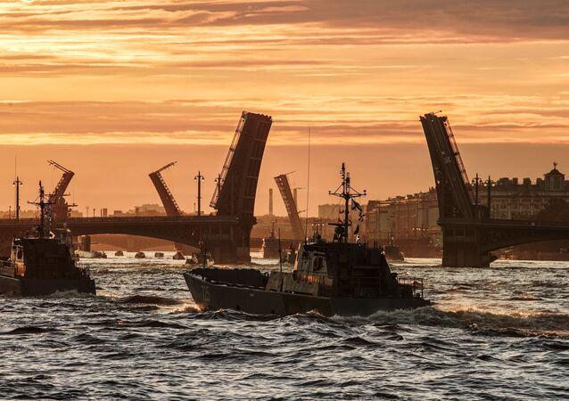 Ruské loďstvo na zkoušce přehlídky ke dni ruského námořnictva