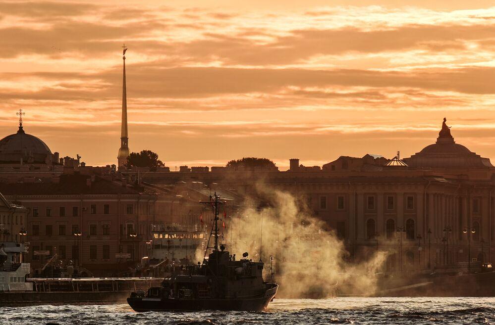 Loď ruského námořnictva na generální zkoušce přehlídky ke Dni námořnictva RF na řece Něvě v Petrohradě