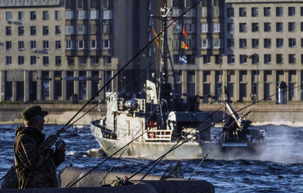 Rybář na nábřeží řeky Něvy v Petrohradě, kde proběhla generální zkouška přehlídky na počest Dne námořního loďstva Ruské federace