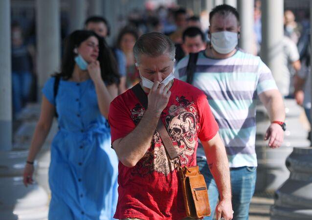Lidé v rouškách. Ilustrační foto