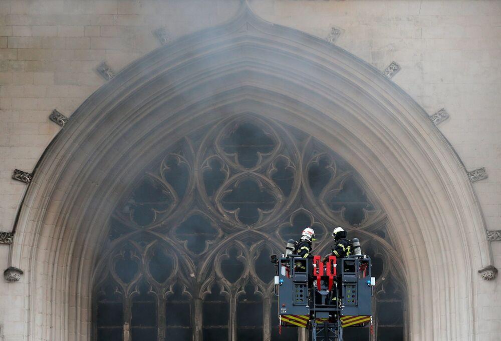 Hašení požáru v katedrále svatého Petra a Pavla v Nantes ve Francii
