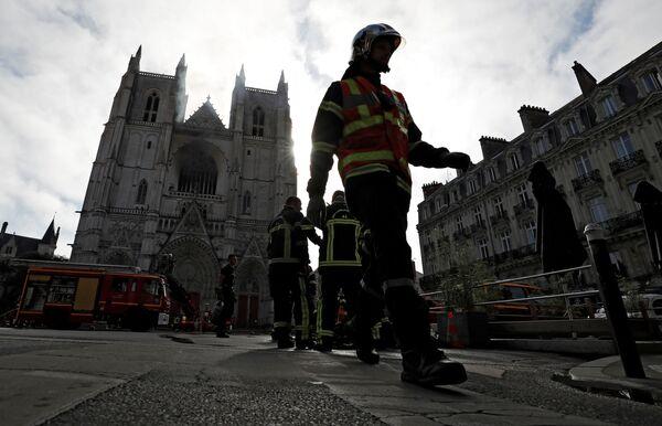 Hašení požáru v katedrále svatého Petra a Pavla v Nantes ve Francii - Sputnik Česká republika