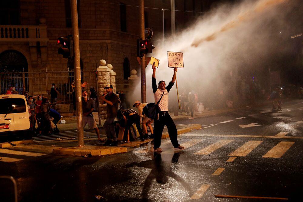 Protesty, ohňostroje a komety: Další červencový týden byl plný barev a záblesků