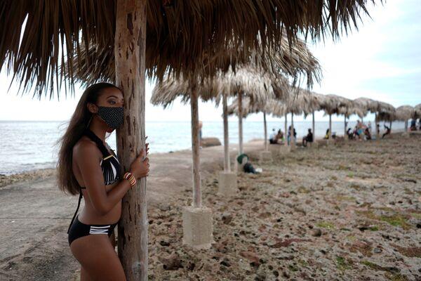 Jak kubánské dívky slaví plnoletost v období koronaviru: bohaté šaty a zdobené roušky - Sputnik Česká republika