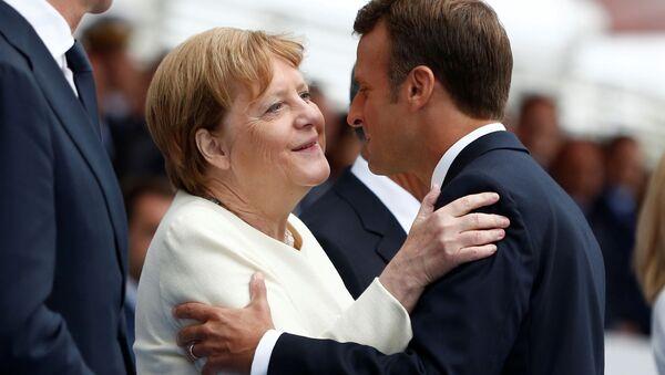 Německá kancléřka Angela Merkelová a francouzský prezident Emmanuel Macron během oslav Dne dobytí Bastily (Paříž, 14. 7. 2019)  - Sputnik Česká republika
