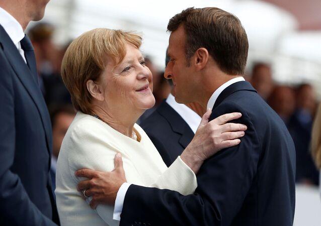 Německá kancléřka Angela Merkelová a francouzský prezident Emmanuel Macron během oslav Dne dobytí Bastily (Paříž, 14. 7. 2019)
