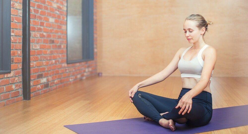 Mladá dívka cvičí jógu