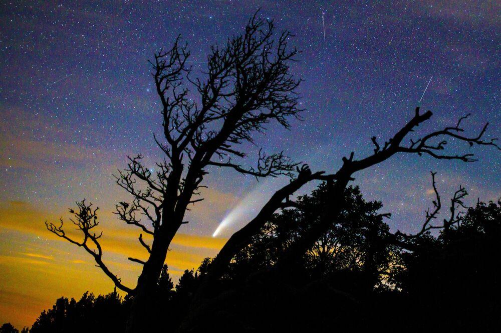Kometa NeoWise nad Krasnodarským krajem Ruska.