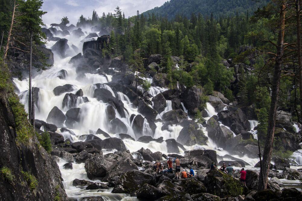 Velký Čuľčinskij vodopád v Altajské republice, Rusko.