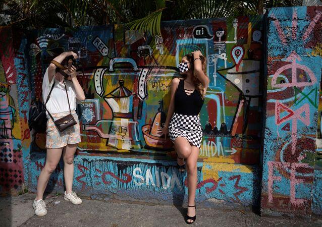Dívka se fotí v roušce během Dne zletilosti (Havana, Kuba).
