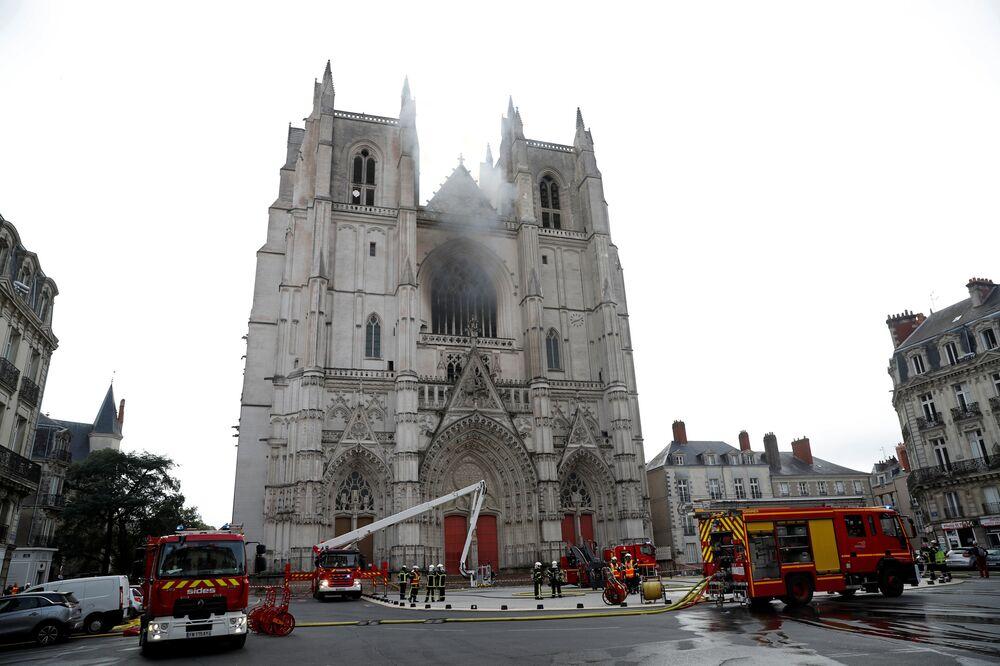 Hašení požáru v katedrále francouzského Nantes.